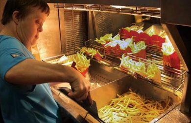 donna-con-sindrome-di-down-al-lavoro-in-fast-food
